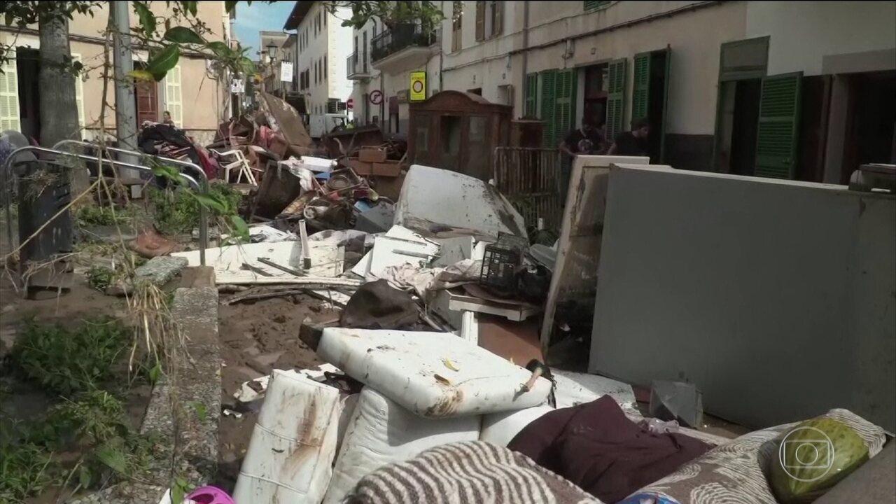 Tenista Rafael Nadal ajuda a limpar cidade destruída por enchente, na Espanha