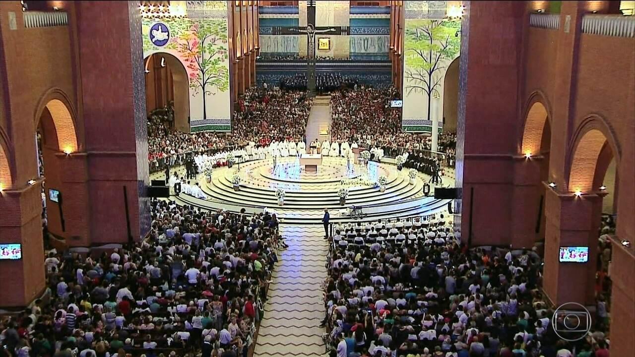 Na basílica de Aparecida, mais de 45 mil pessoas se juntam para demonstrar fé