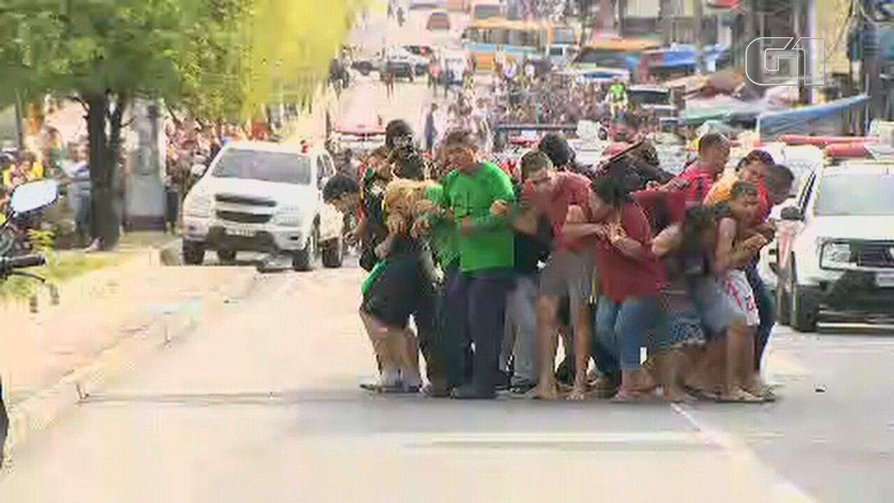 Bandidos formam escudo humano com reféns em assalto a casa lotérica em Manaus
