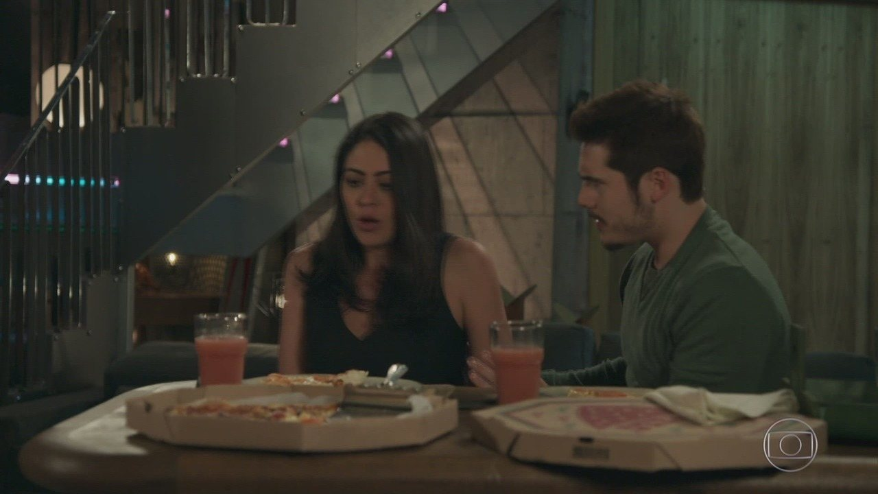 Capítulo de 15/10/2018 - Samuca se sente culpado por ter beijado Waleska. Damásia prepara a comida do restaurante com a ajuda de Elmo. Amadeu fica encantado com o quadro de Marocas encontrado no Albatroz e se apropria da obra de arte.
