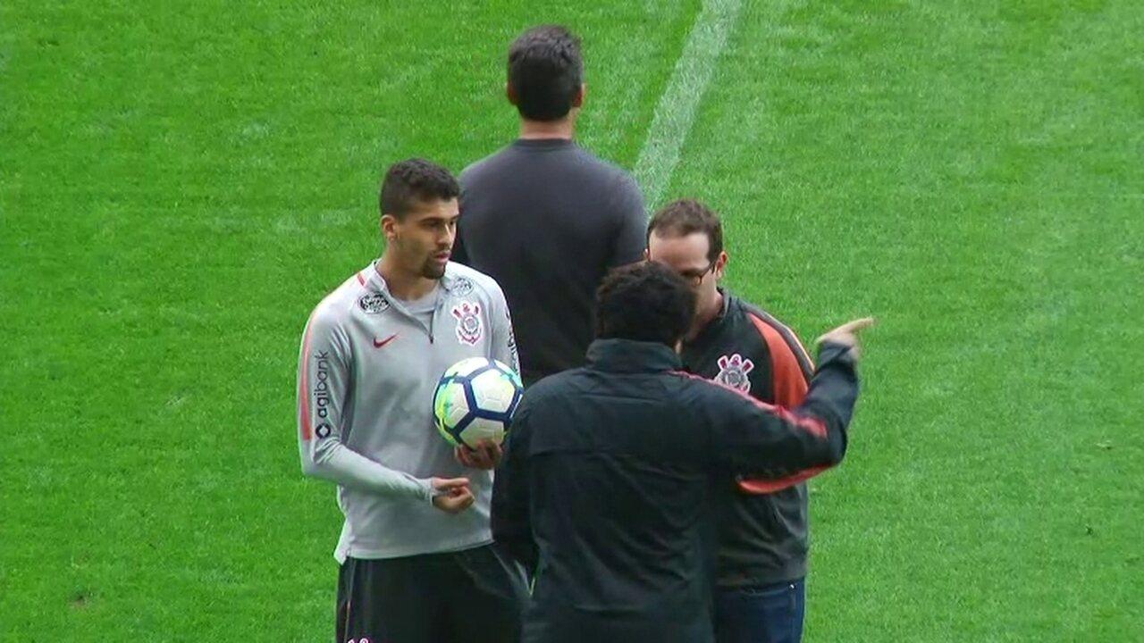 ac5ccff180 Léo Santos conversa com médico e deixa treino do Corinthians mais cedo