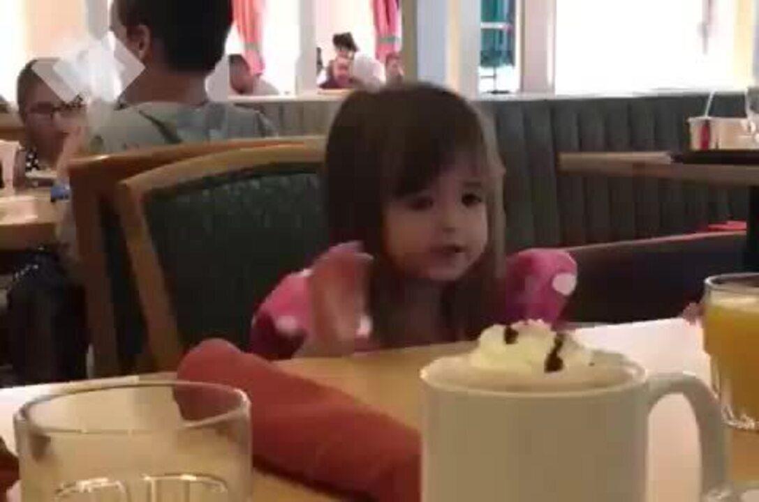Criança de dois viraliza ao pedir cuscuz na web