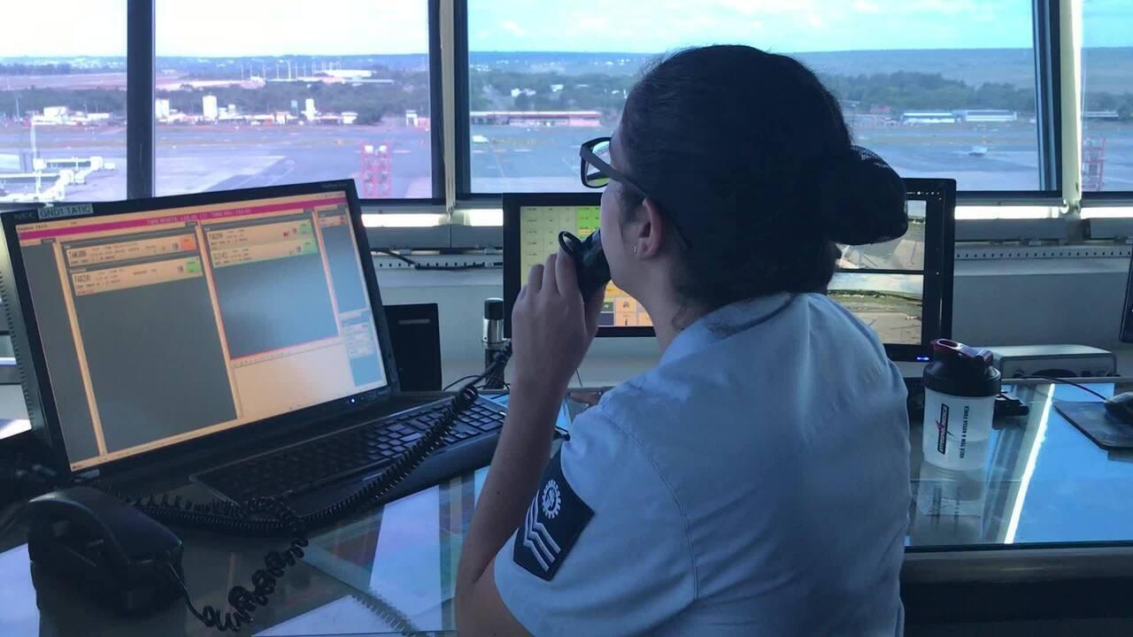 Controladora de tráfego aéreo em contato com piloto de aeronave