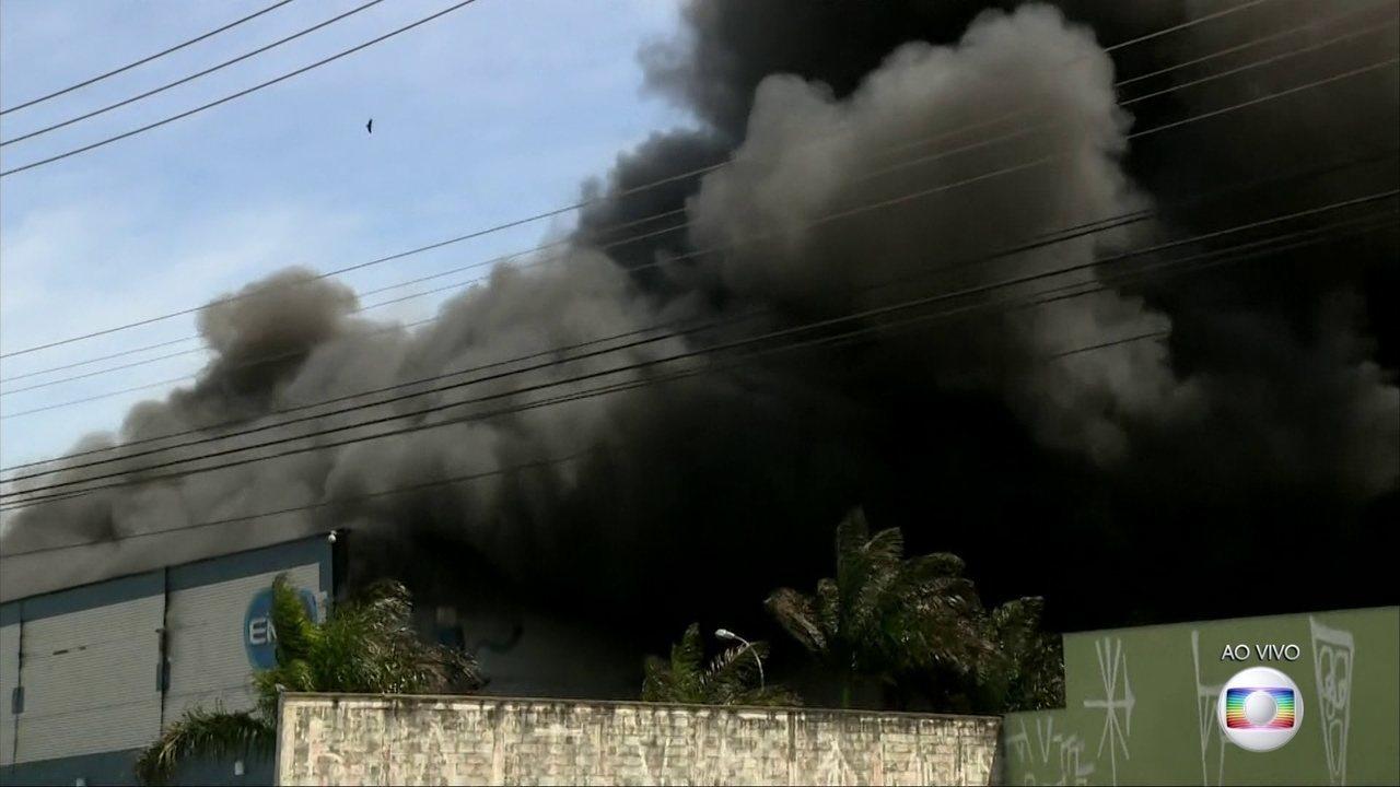 Grande incêndio destrói galpão de uma indústria farmacêutica em SP