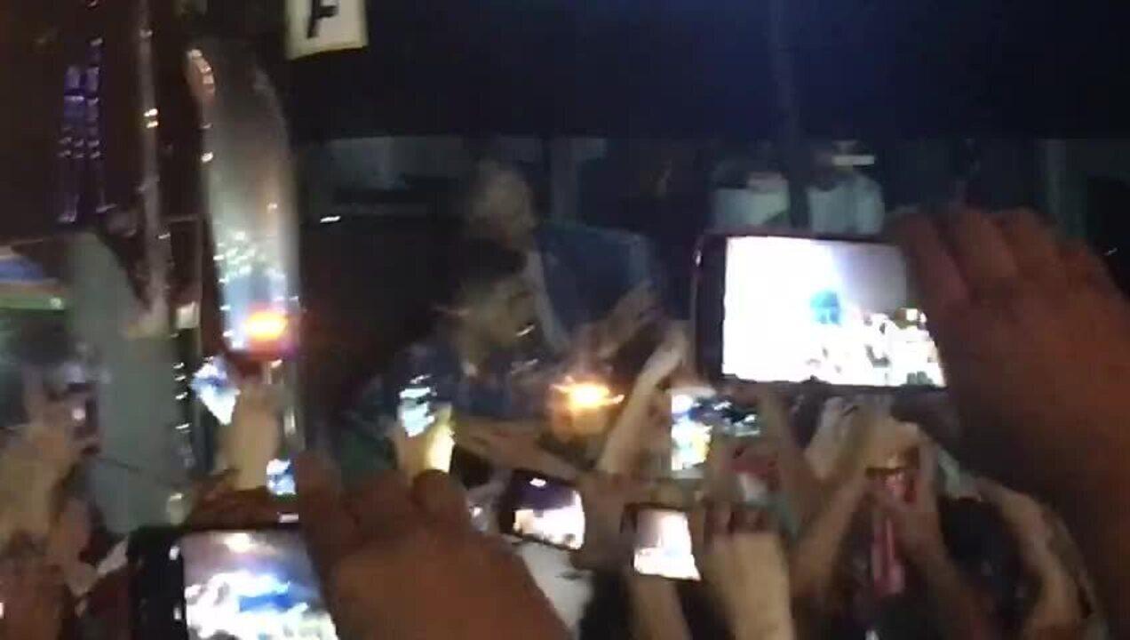 Atrasado? Felipão aponta para o relógio durante embarque do Palmeiras