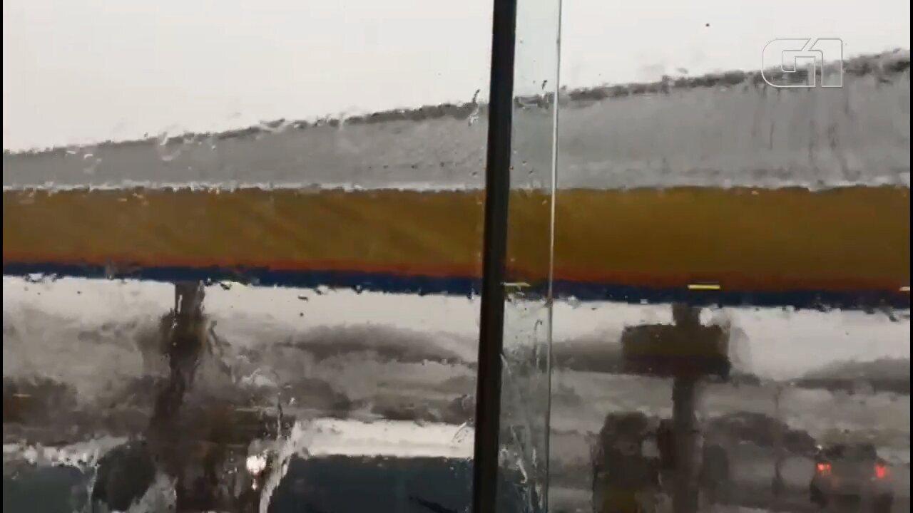 Telhado de posto de combustíveis desaba durante temporal no Paraná