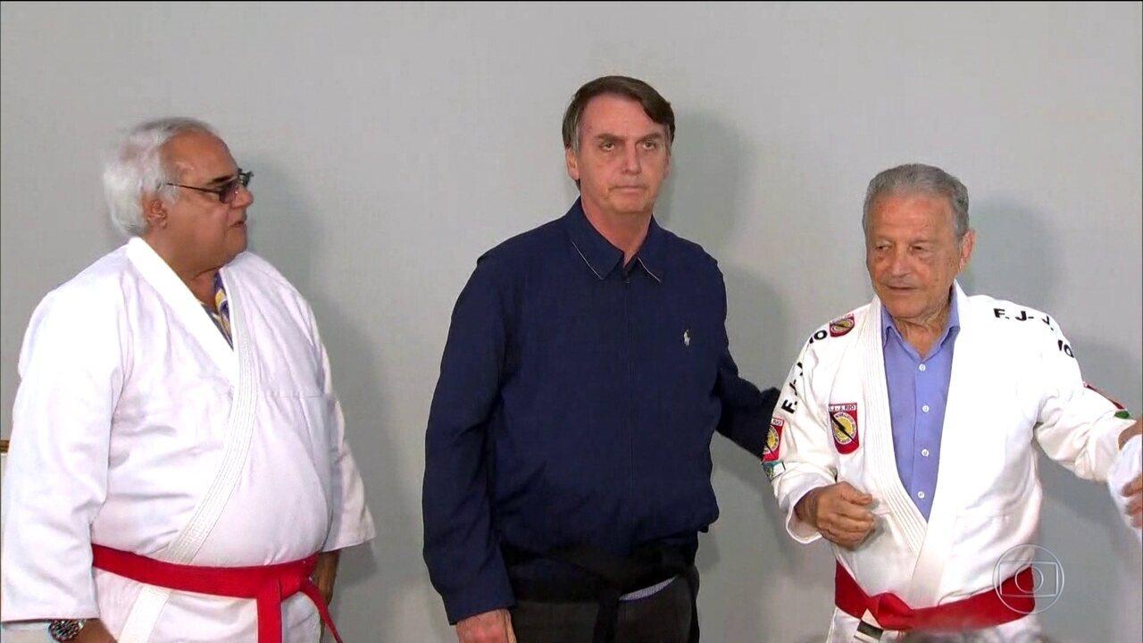 Candidato do PSL, Jair Bolsonaro é homenageado com faixa preta de jiu-jitsu