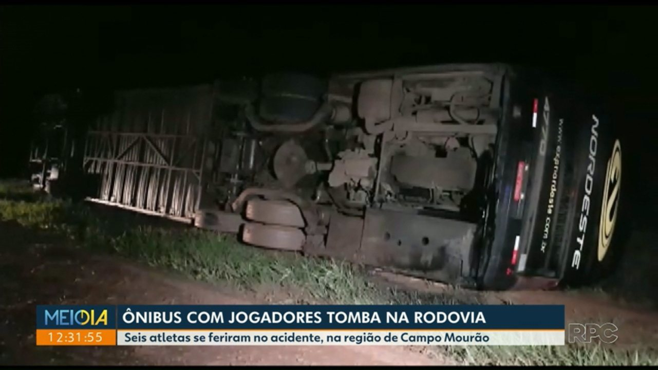 Ônibus com time de futsal tomba e deixa seis feridos na BR-487, em Araruna