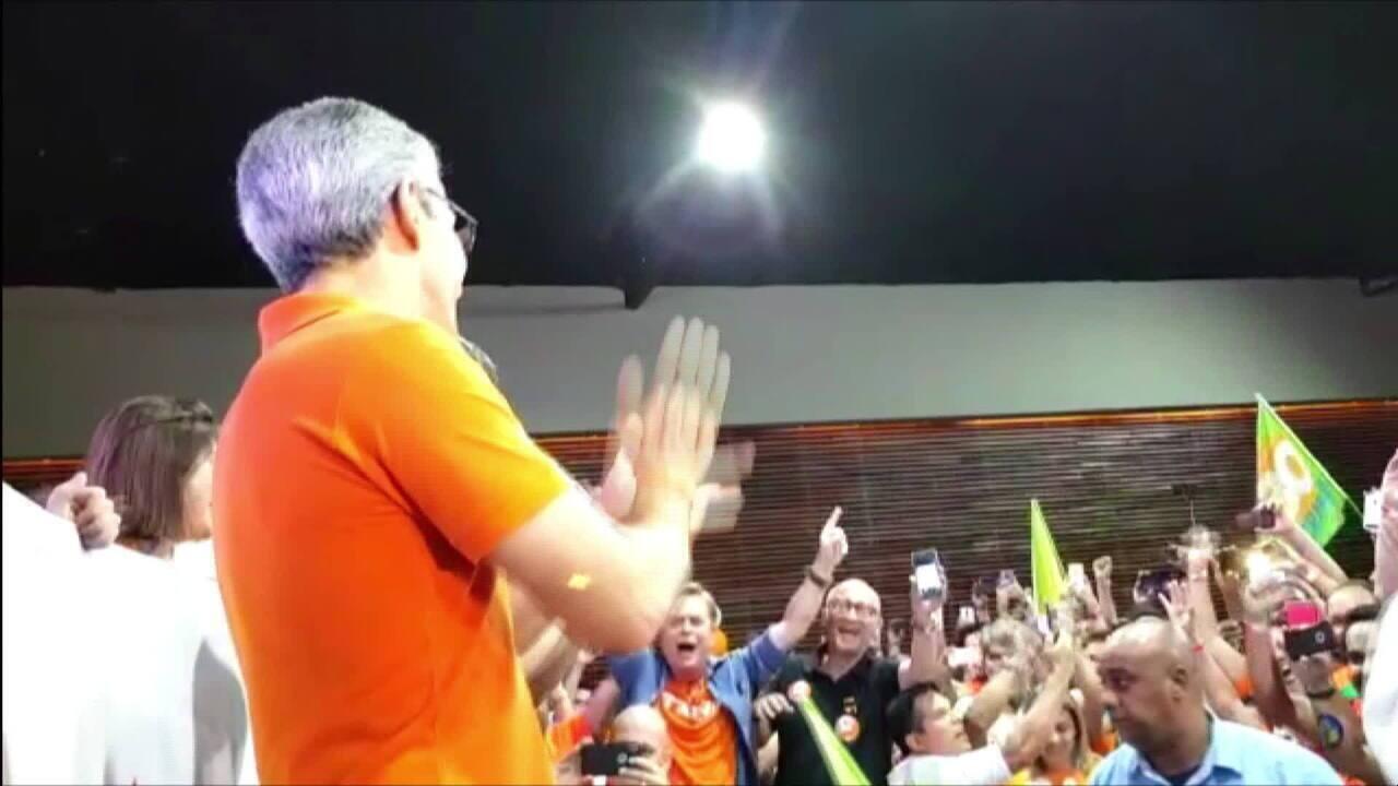 Militantes do Novo cantam parabéns para o governador eleito Romeu Zema, em BH