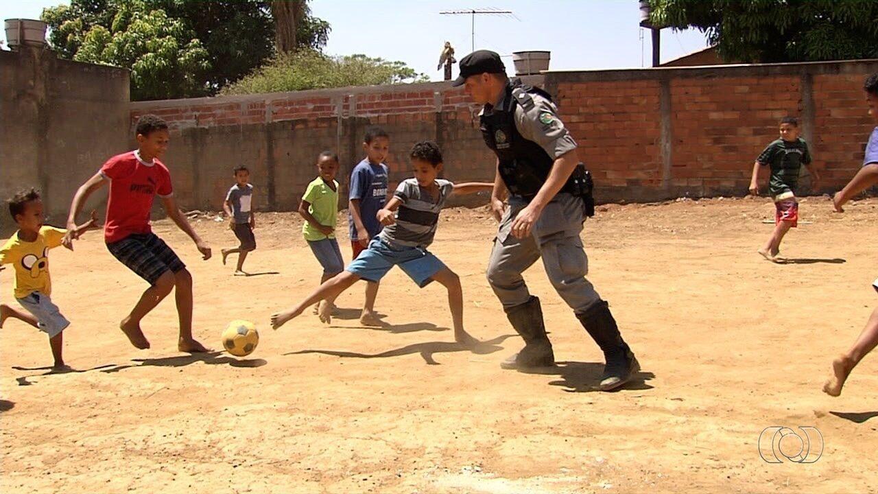 Policiais jogam futebol com crianças na periferia de Aparecida de Goiânia
