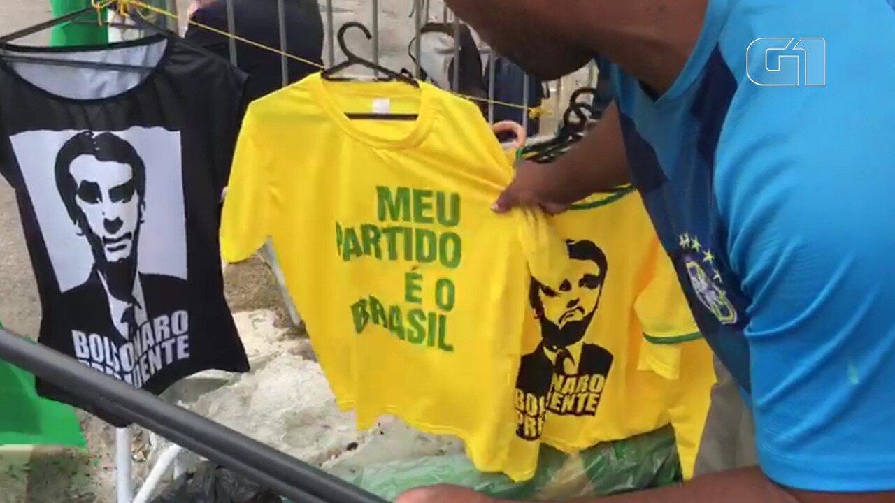 Condomínio de Bolsonaro tem grande movimentação de eleitores e ambulantes