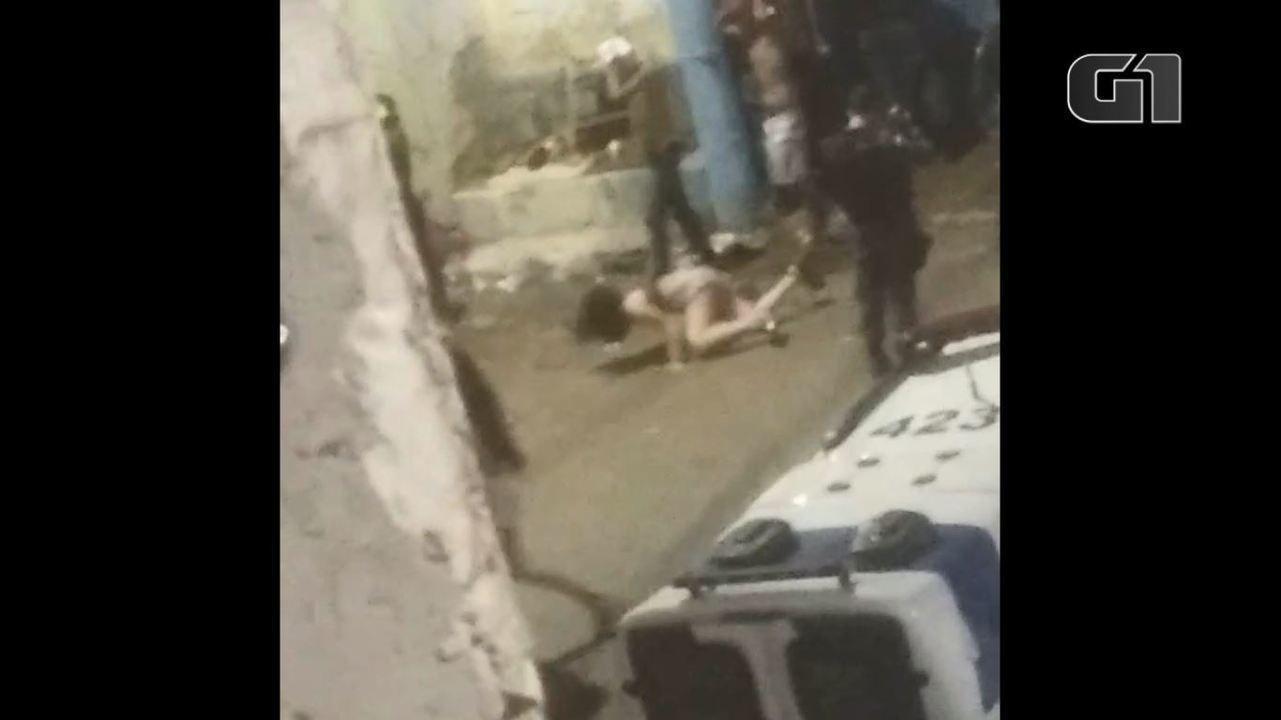 Vídeo mostra mulher sendo empurrada no Morro dos Alagoanos durante ação da PM