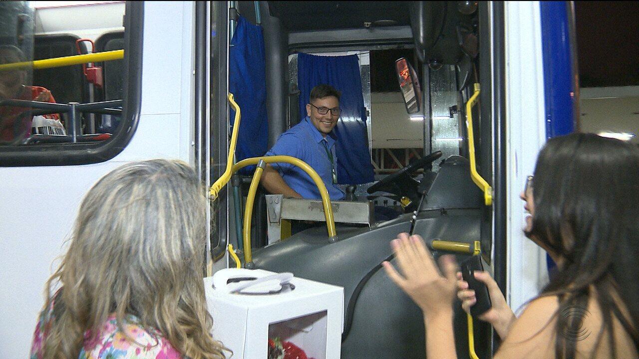 Motorista de ônibus é homenageado pela forma como trata os passageiros, em Campina Grande