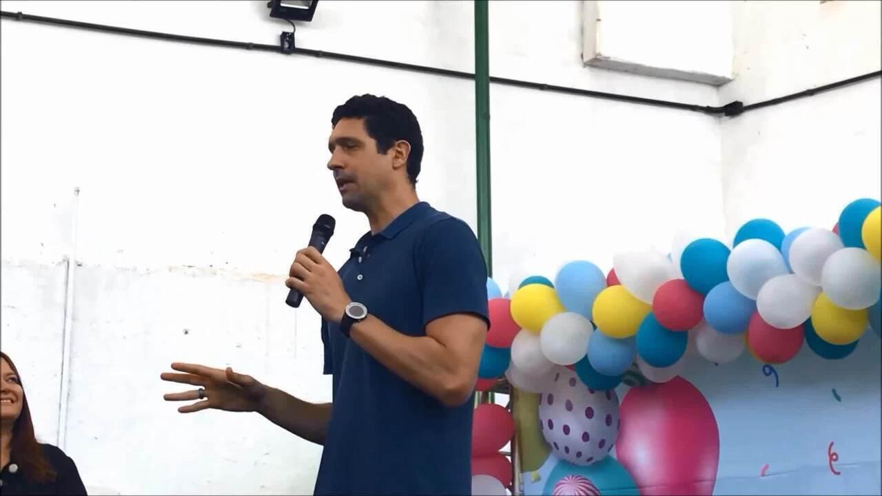 Gustavo Borges lança desafio para crianças em escola de Maceió