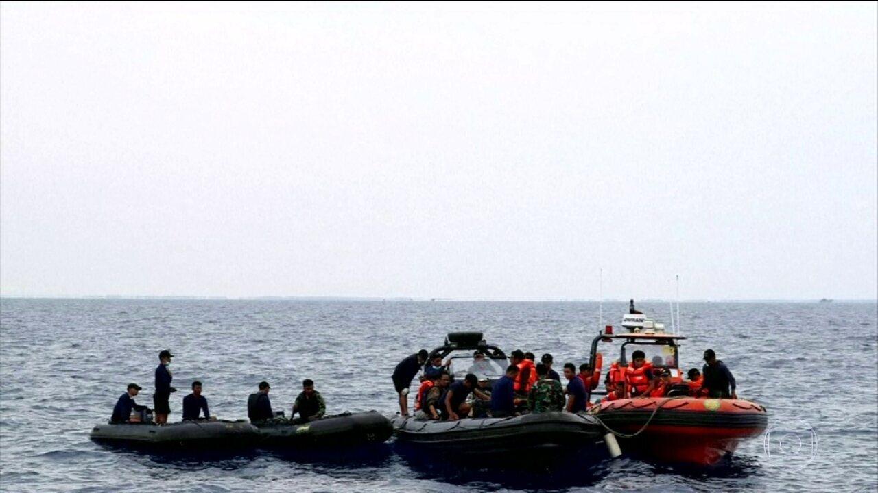 Mergulhadores tentam encontrar fuselagem e caixas pretas do avião que caiu na Indonésia