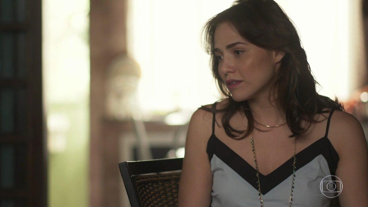 Rosa sugere que Maura tenha relacionamento a três