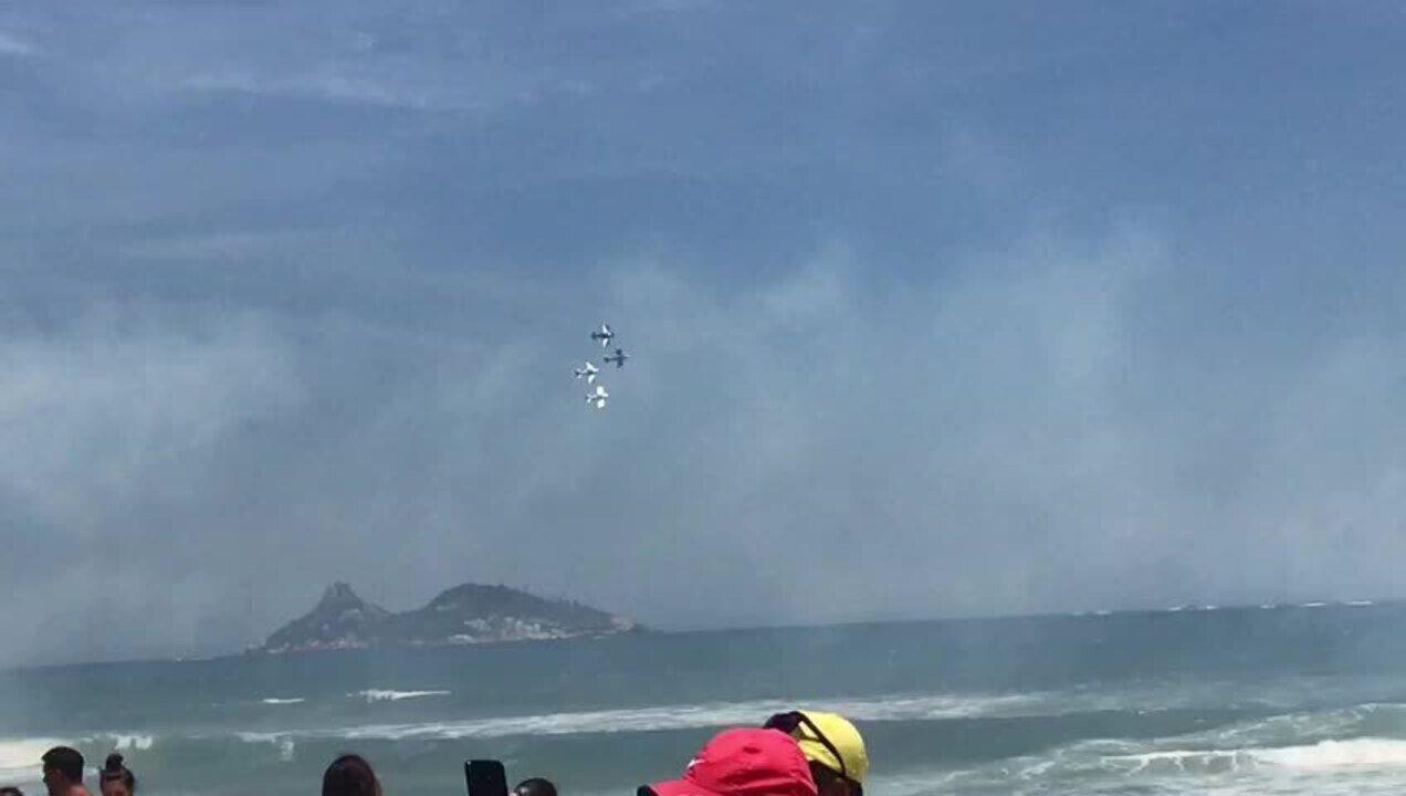 Apresentação de aviões em homenagem a Jair Bolsonaro, na praia da Barra da Tijuca