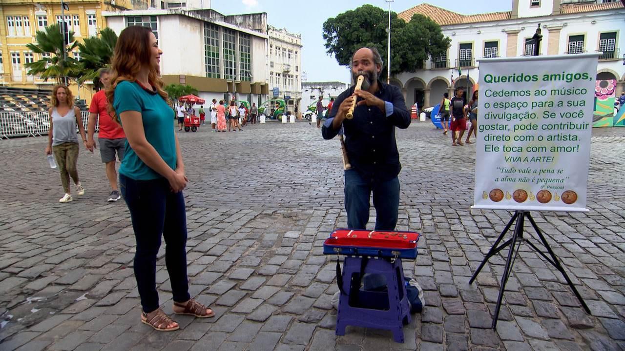 Músico leva sua arte para as ruas e toca cerca de 10 horas para garantir o ganha pão