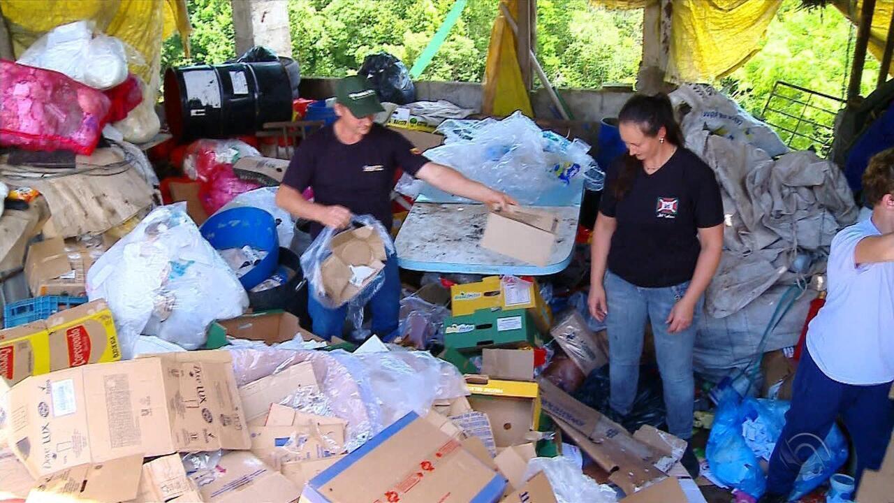 Catadores de lixo encontram envelope com R$ 8,7 mil em Marau e devolvem o dinheiro
