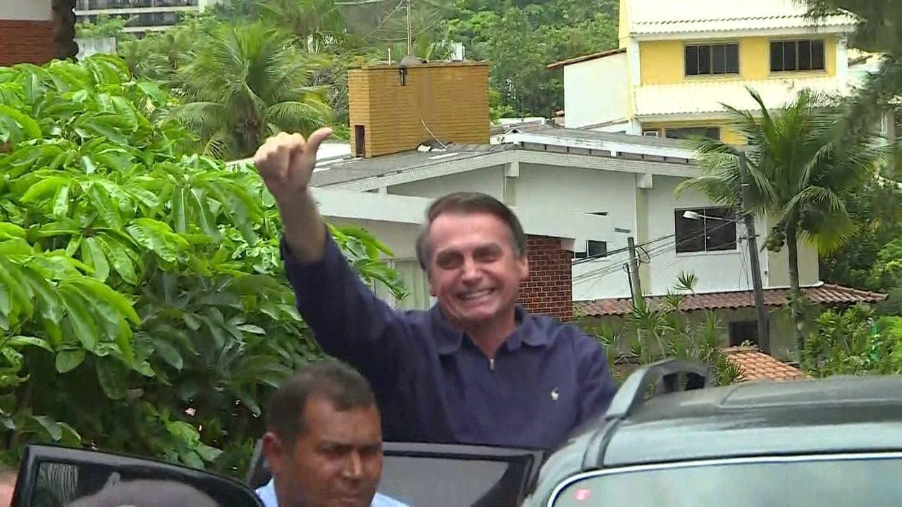 Jair Bolsonaro acena para apoiadores na saída de condomínio na Zona Oeste do Rio