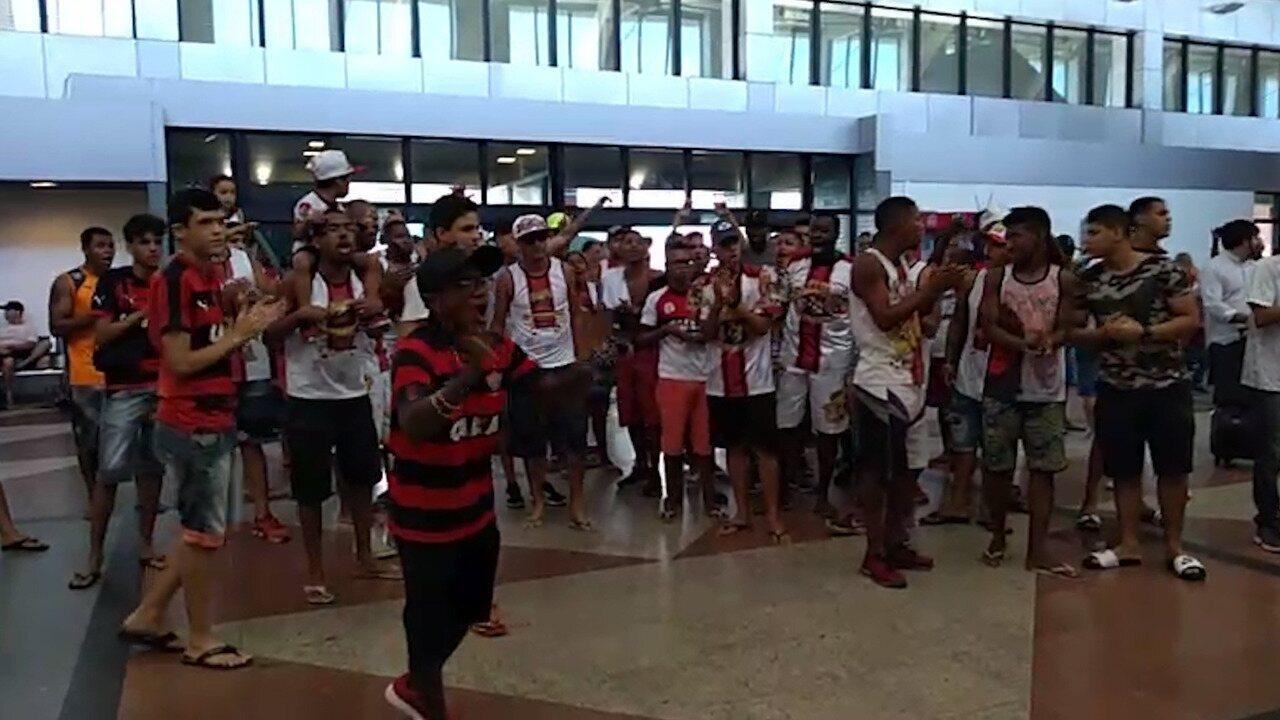 Torcedores incentivam jogadores do Vitória no embarque para Curitiba