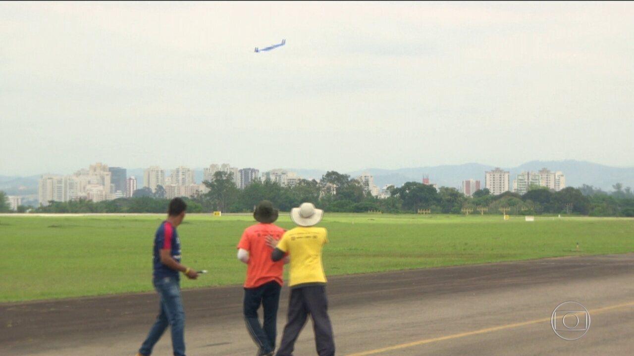 Estudantes se reúnem no interior de São Paulo para testar aviões que projetaram