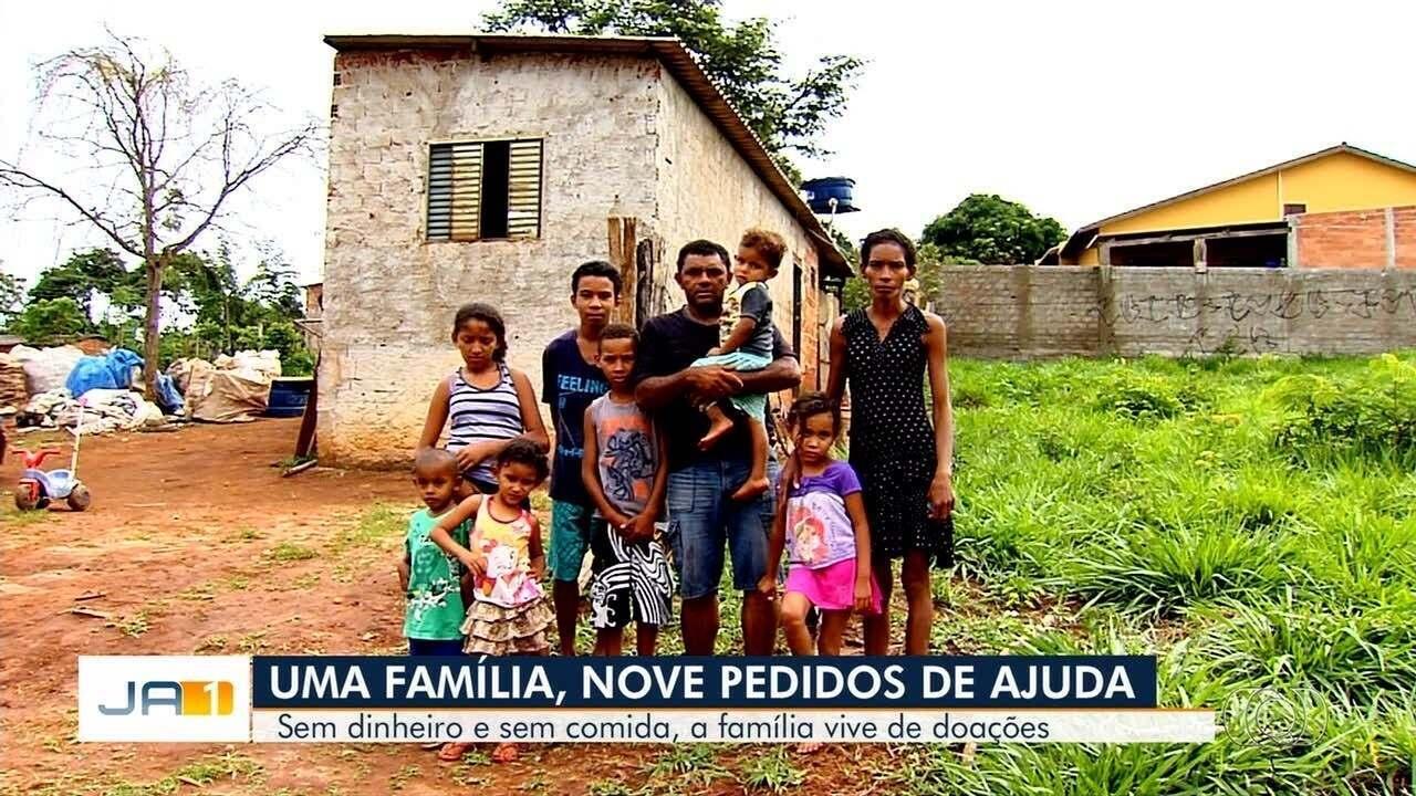 Casal desempregado pede ajuda para alimentar os sete filhos, em Goiânia