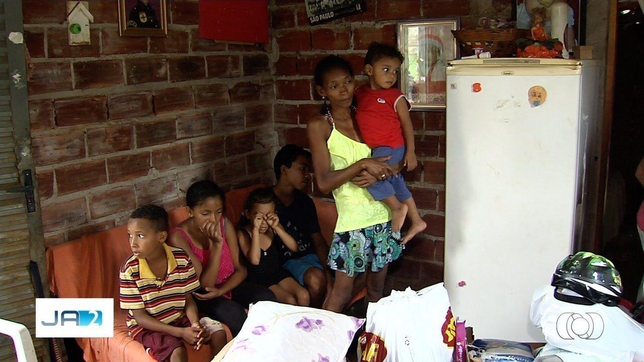 Após reportagem, família começa a receber doações para alimetar sete filhos pequenos