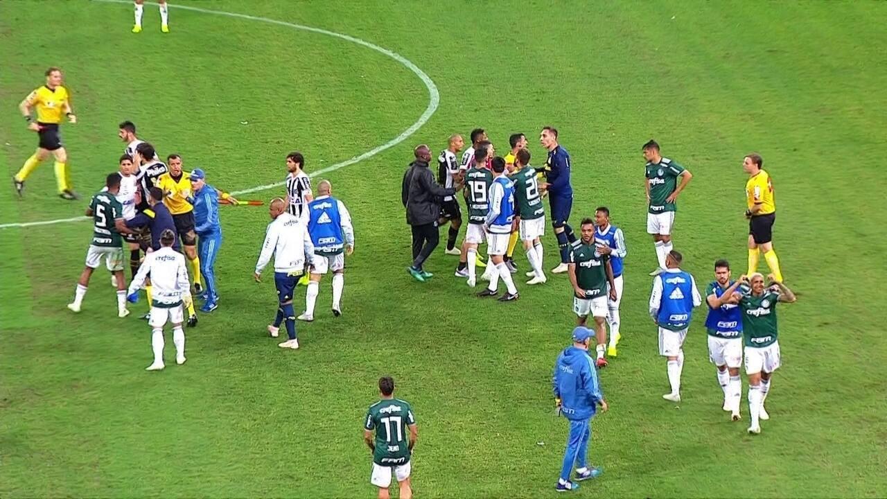 Princípio de confusão após o apito final entre Palmeiras e Santos 87010cabd3146