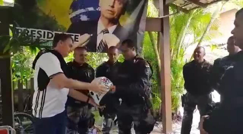 Pelotão de escolta da PM do Rio dá camiseta e capacete a Bolsonaro