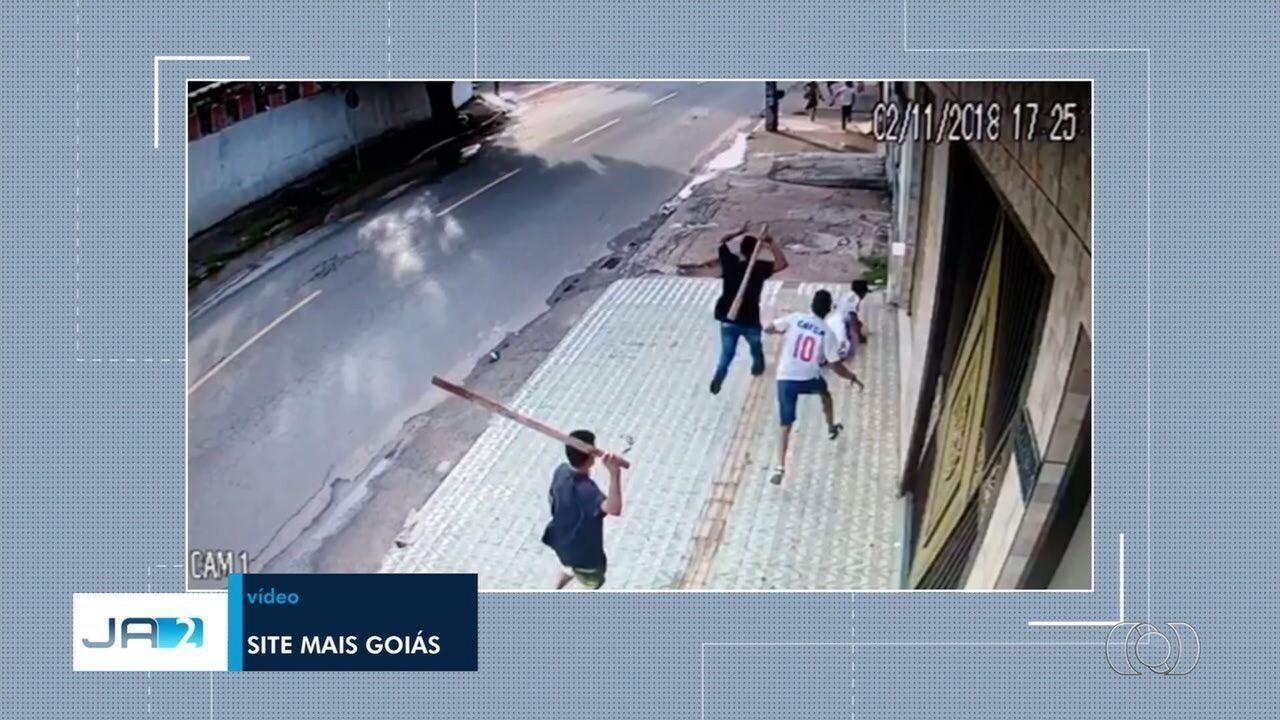 Vídeo mostra torcedor do Vila Nova sendo agredido a pauladas em Goiânia