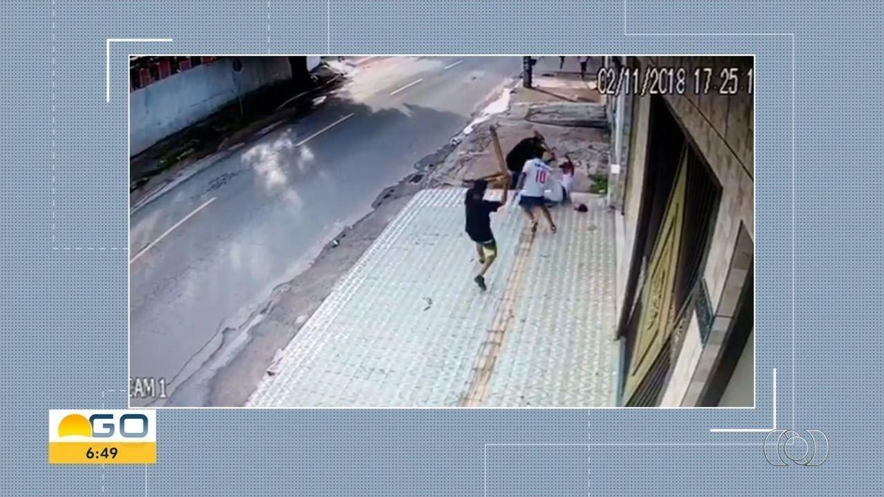 Vídeo mostra quando torcedor do Vila Nova é espancado em Goiânia