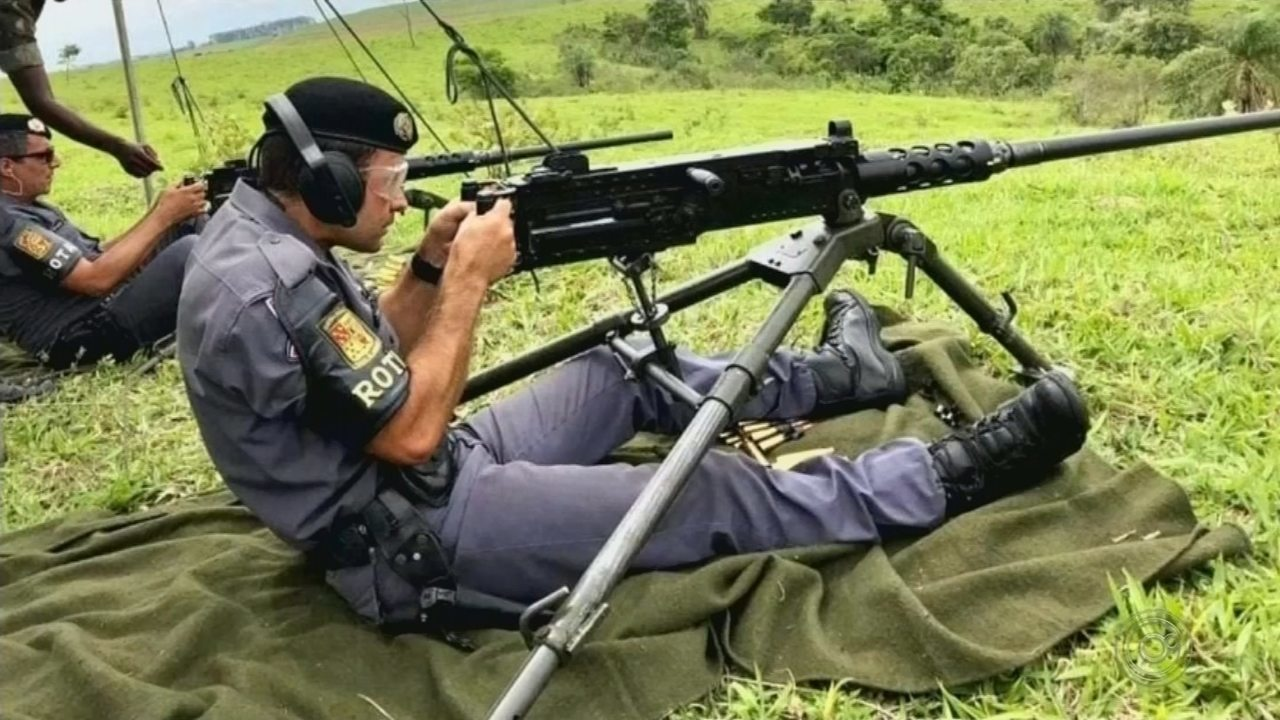 Exército de Lins treina policiais da Rota e Choque no uso de metralhadoras