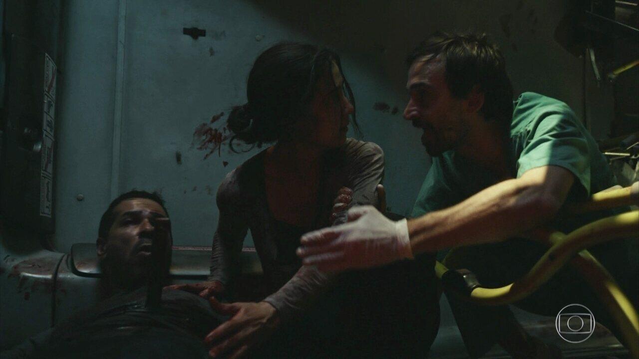 Evandro insiste que Carolina saia do ônibus e deixe assaltante ferido