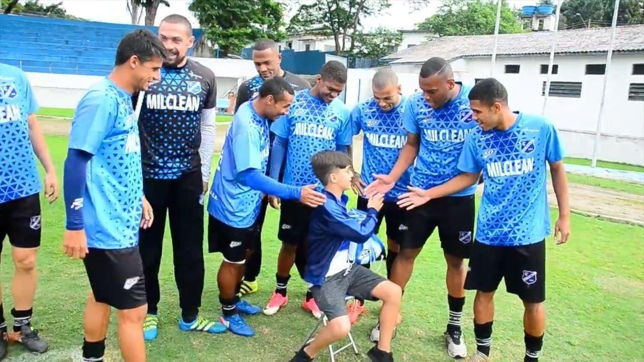 Joaquim Braga é presenteado com camisa do clube (Imagens: Esporte Clube Taubaté)