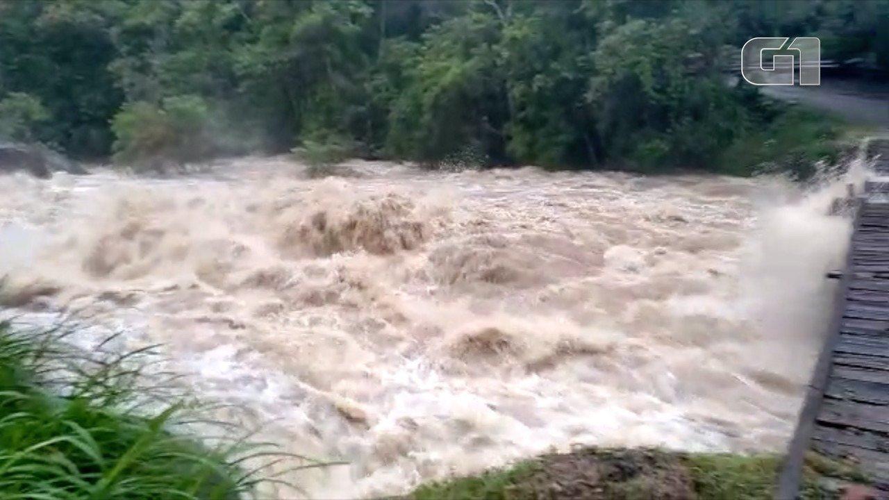 Morador registra aumento de 11 metros do nível do rio em Lumiar, em Nova Friburgo, no RJ