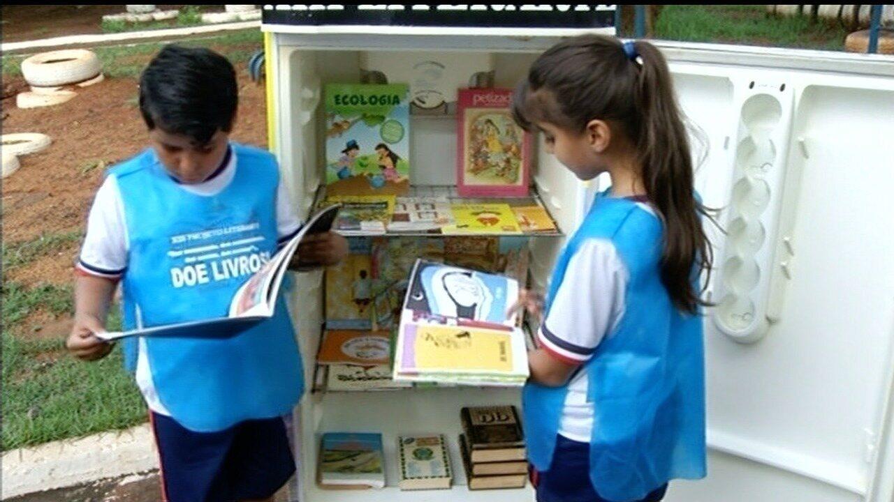 Alunos realizam projeto com 'geladeira solidária' recheada com livros literários