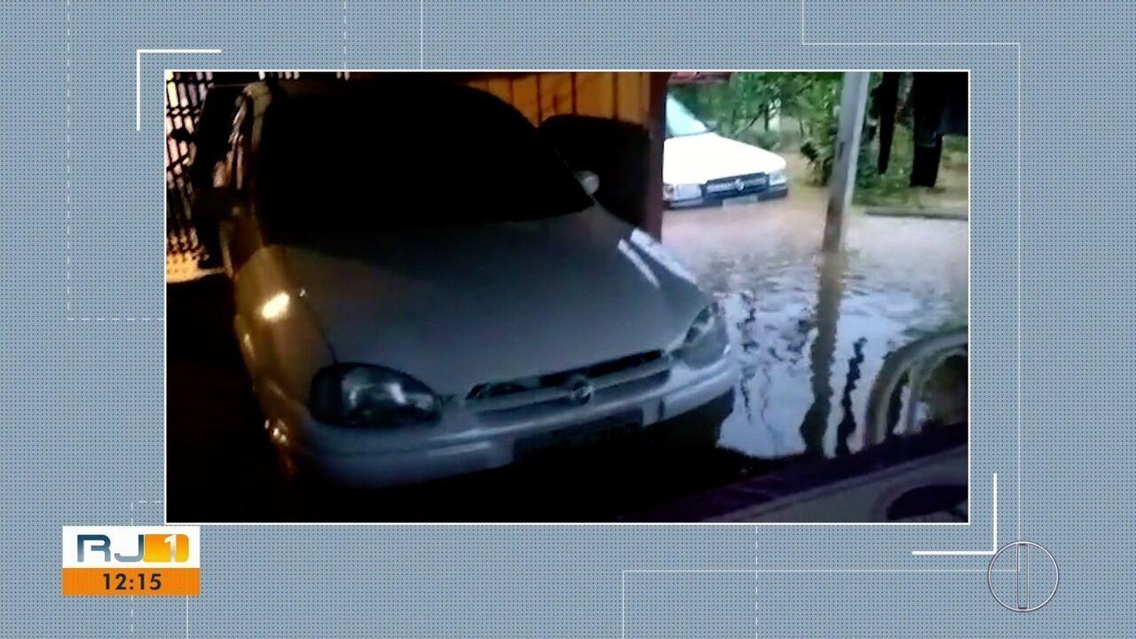 Morador de Trajano de Moraes, RJ, mostra os transtornos causados pela chuva desta quinta