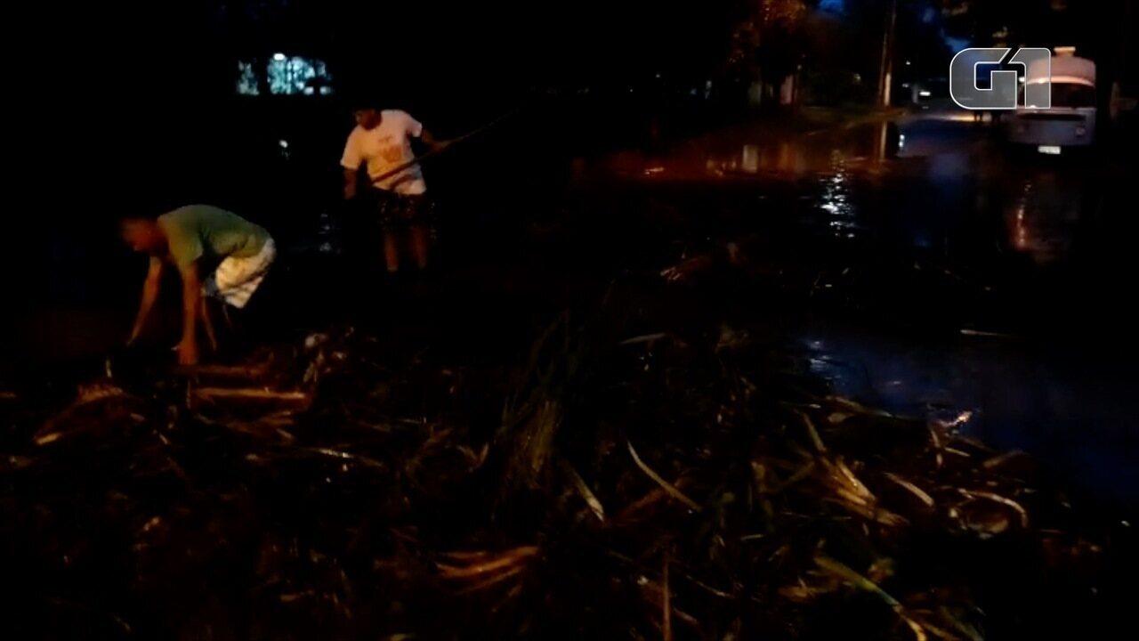 Moradores de Ajuda de Baixo, em Macaé, tentam desobstruir manilha em lagoa que transbordou