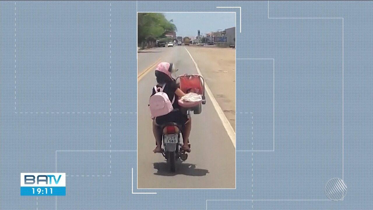 Vídeo flagra mulher transportando criança dentro de bebê conforto em motocicleta