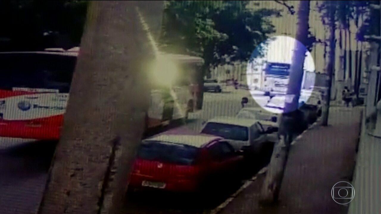 Ônibus desgovernado mata uma pessoa e destrói vários carros em Guarulhos