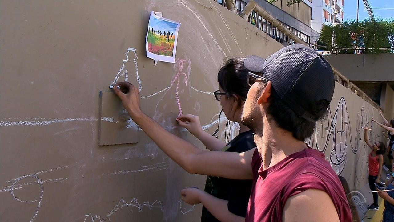 Estudantes da UFSM pintam mural em homenagem às vítimas da Boate Kiss