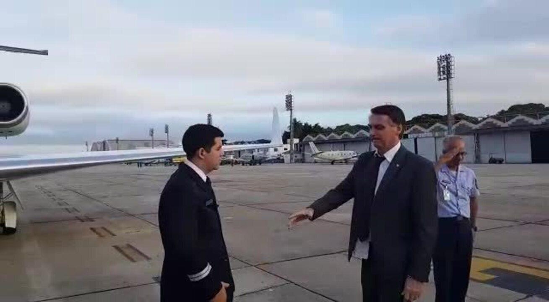 Bolsonaro durante embarque para Brasília na Base Aérea do Galeão nesta terça-feira (13)
