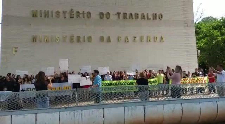 Servidores do Ministério do Trabalho fazem novo protesto contra fim da pasta, em Brasília