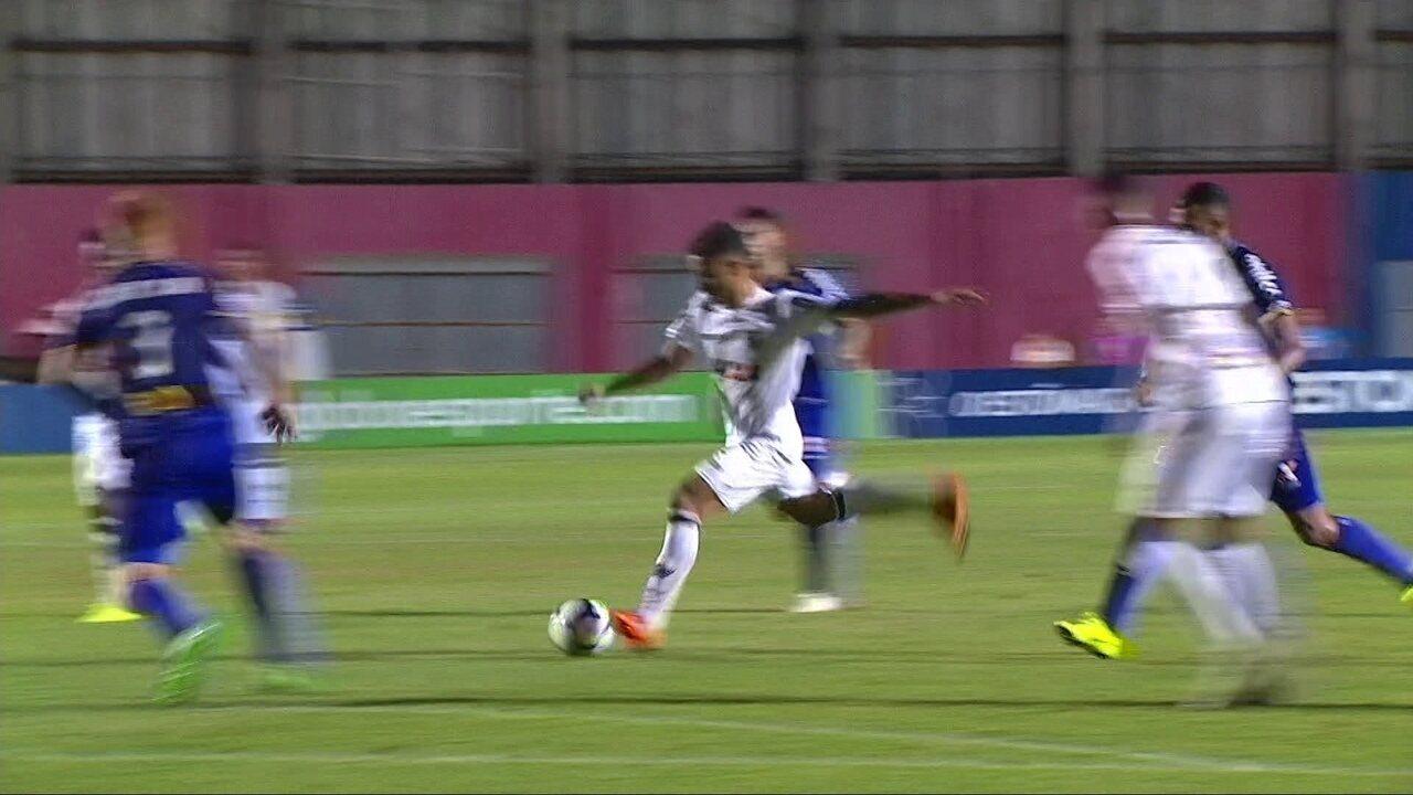 Bruninho recebe na entrada da área, arrisca, mas bola passa à esquerda do gol aos 21 do 2º