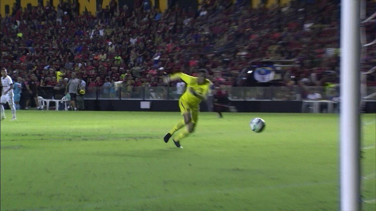 Maílson vai fazer a reposição com a mão e manda para o próprio gol aos 2 do 2º