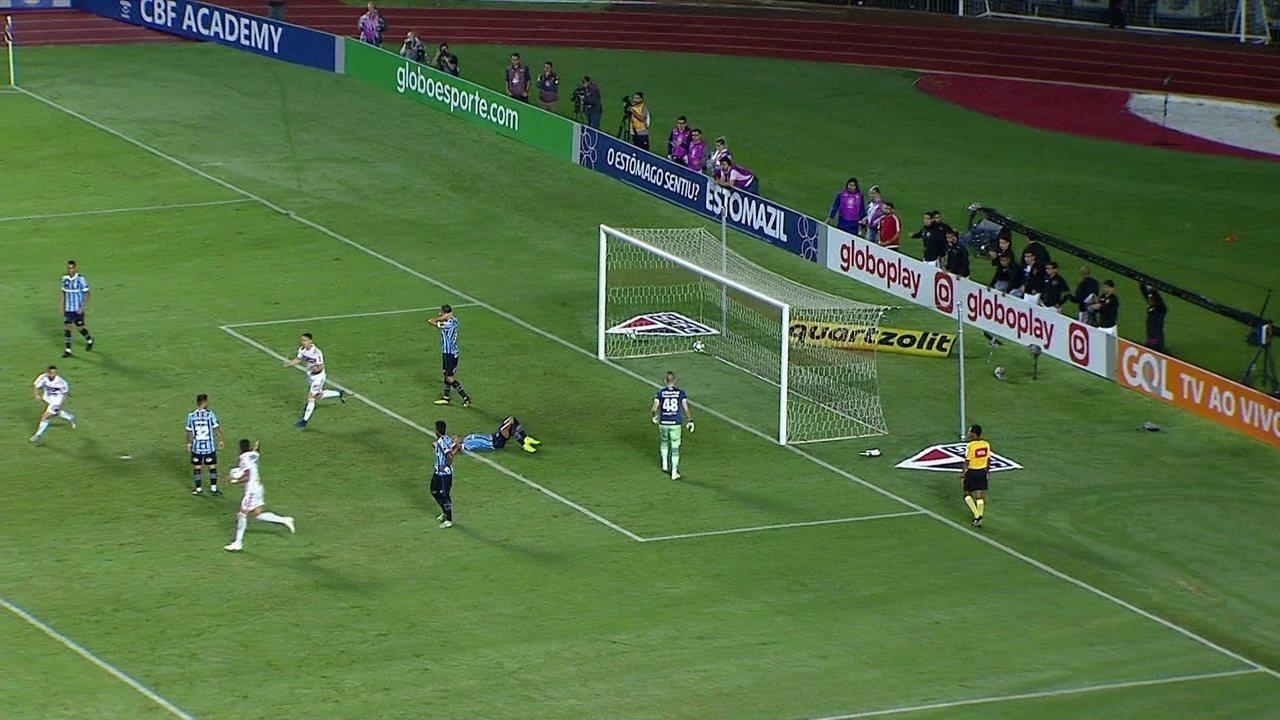 Gol do São Paulo! Michel tenta cortar cruzamento e acaba marcando contra aos 28' do 2ºT