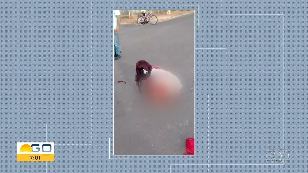 Mulher pede ajuda após ser esfaqeuada em São Simão