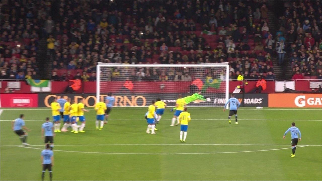 Brasil 1x0 Uruguai: Suárez cobra falta no cantinho e Alisson voa para defender