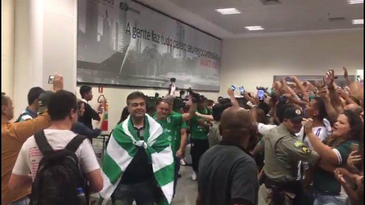 eb8aebf17a Goiás é recebido com festa após conquista do acesso para a Série A ...